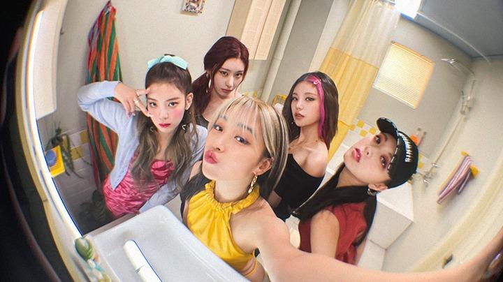 ITZY收錄曲《SWIPE》MV預告公開,成員們利用鏡子親自拍攝!