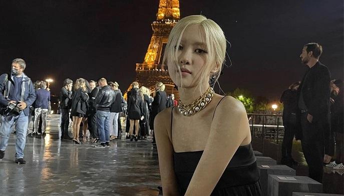 BLACKPINK Rosé在巴黎時裝週上,被神秘男子親吻了臉頰